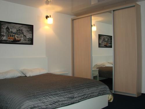 двухспальная кровать и шкаф-купе